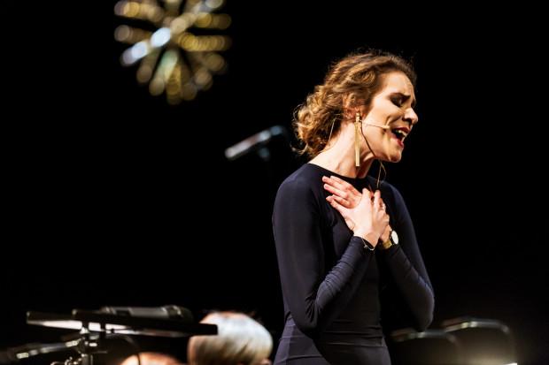 Agnieszka Przekupień w pierwszej części wieczoru wykonuje nastrojowe, romantyczne piosenki, trochę za spokojne na Koncert Sylwestrowy. Na szczęście w drugim akcie ulega to zmianie.
