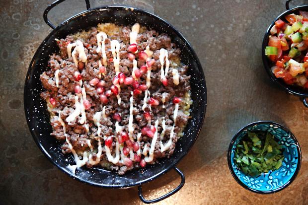 Kibeh - smażona jagnięcina, placek z bulguru, ogórek z jogurtu i ziołami.