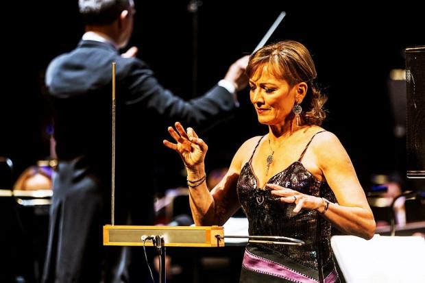 Gwiazdą wieczoru jest węgierska artystka Katica Illényi o wielu talentach. Podczas koncertu w Operze Bałtyckiej gra na skrzypcach, na thereminie (na zdjęciu), śpiewa i stepuje.
