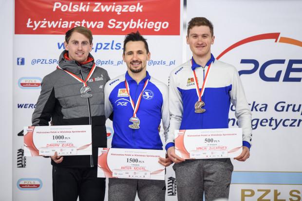 Artur Nogal (w środku) i Marcin Bachanek (z prawej) przywieźli medale mistrzostw Polski dla GKS Stoczniowca.