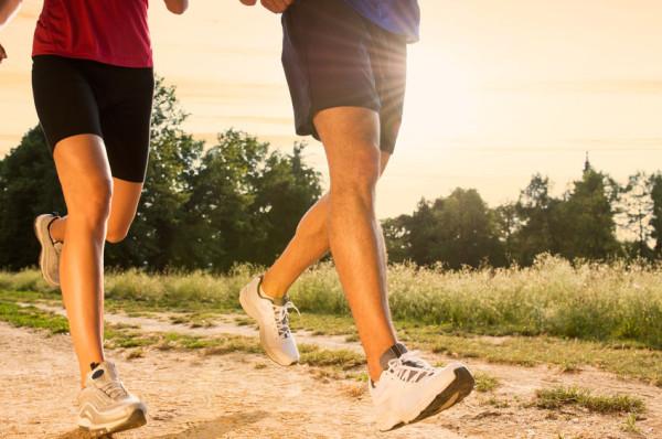 Jeśli chcesz zacząć biegać, zabierz się do tego metodą małych kroków. Nie rzucaj się od razu na głęboką wodę, bo stracisz motywację.