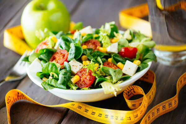Zbilansowana dieta bogata w owoce i warzywa wspomaga walkę z cellulitem.