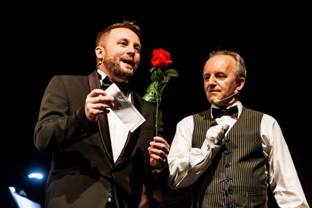 Grający Edwina Przemek Radziszewski (po lewej) bardzo dobrze wypada w partiach śpiewanych, nad grą aktorską musi jednak jeszcze popracować.