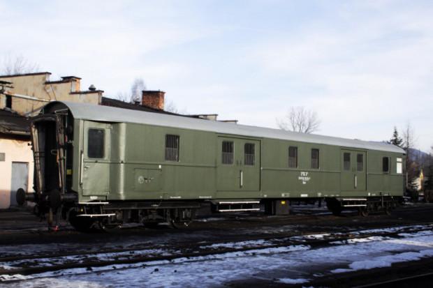 Wagon bagażowy służył do przewozu większych gabarytowo i cięższych bagaży oraz do przewozu przesyłek ekspedycyjnych. Można było przewozić w nich także zwierzęta domowe w  specjalnych, wentylowanych boksach. Wagon ze zdjęcia prezentowany jest w  Skansenie Taboru Kolejowego w Chabówce .