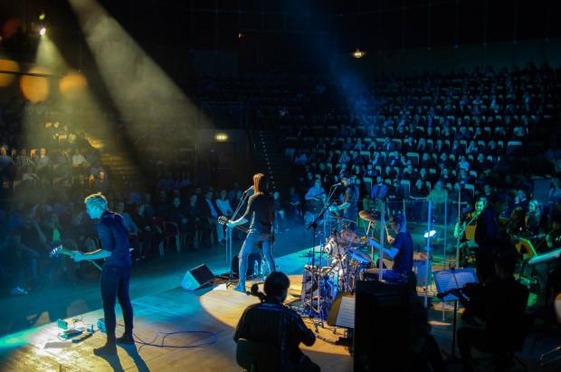 """Nie zabraknie propozycji dla fanów cięższych brzmień. Na zdjęciu: koncert zespołu """"Scream Inc."""", Filharmonia Bałtycka w Gdańsku, 2018 r."""