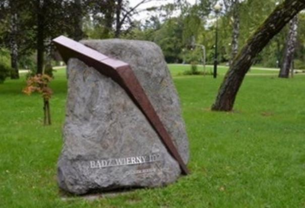 Kamień Zbigniewa Herberta w Łazienkach Północnych w Sopocie, nieopodal miejsca, w którym mieszkał poeta.