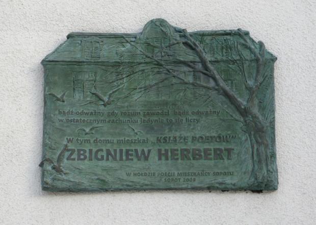 Pamiątkowa tablica na domu przy ul. Haffnera, w którym mieszkał Zbigniew Herbert podczas pobytu w Sopocie.