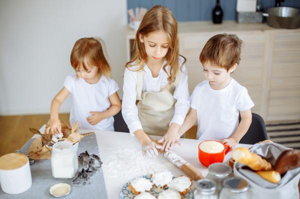 Restauracje często przygotowują warsztaty kulinarne dla dzieci, które uczestniczą w niedzielnych lunchach.