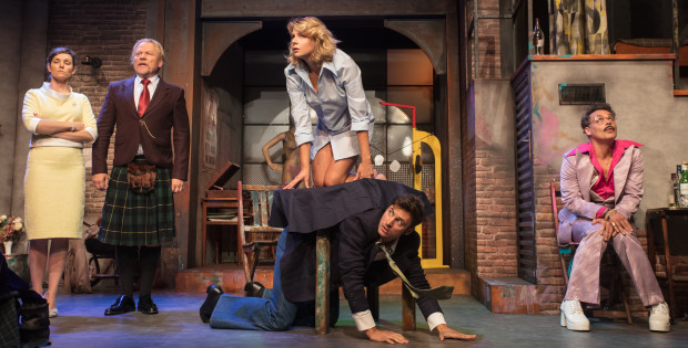 """Pełna niespodziewanych przypadków """"Czarna komedia"""" bazuje na pomyśle, że w najmniej spodziewanym momencie gaśnie światło. Spektakl zobaczyć można 28 stycznia w Teatrze Muzycznym."""