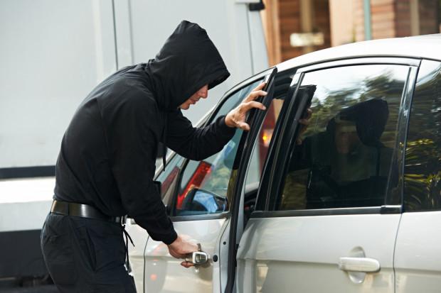 """Metoda """"na walizkę"""" pozwala złodziejom ukraść auto praktycznie bezinwazyjnie."""