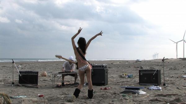 """... po kino dokumentalne - np. """"I tak nie zależy nam na muzyce"""", opowiadający o japońskiej scenie muzycznej."""