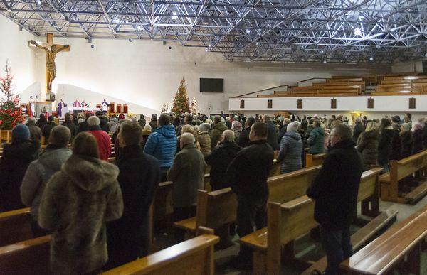 Udział w niedzielnych mszach deklaruje 37,6 proc. katolików z archidiecezji gdańskiej. Na zdjęciu msza w kościele pw. Najświętszej Maryi Królowej Polski w Gdyni.