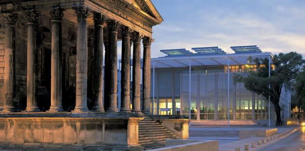 Igor Strzok: Biblioteka z galerią (Carré d'art) Normana Fostera w Nimes pięknie współgra z rzymską świątynią.