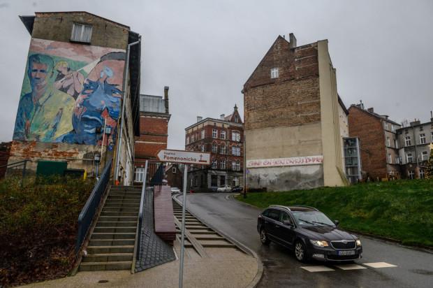 Stowarzyszenie Gdańsk Tworzą Mieszkańcy proponuje władzom miasta, by mural powstal na elewacji kamienicy przy ul. Biskupiej 4 (na zdjęciu po prawej stronie).