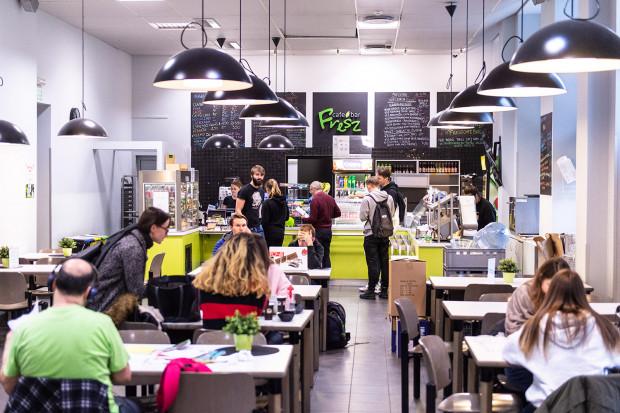 Fresz Cafe serwuje dania na ciepło i zimno. Można je również skomponować samemu.