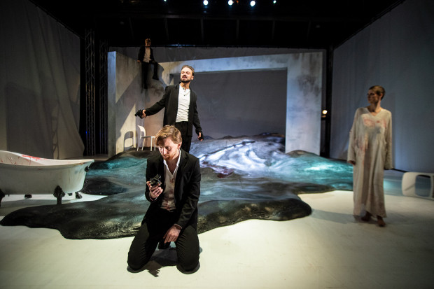 W scenografii Magdaleny Gajewskiej - najmocniejszym elemencie spektaklu - dominuje czarna lawa zalewająca scenę, jawna polemika z romantyzmem Mickiewicza.