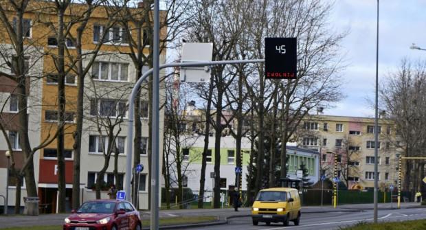 Wyświetlacze mają przypominać kierowcom o konieczności zmniejszenia prędkości przy placówkach szkolnych.