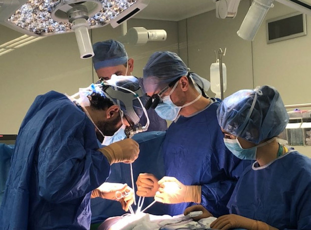 Pionierska operacja została przeprowadzona przez  interdyscyplinarny zespół lekarzy Gdańskiego Uniwersytetu Medycznego.