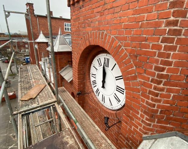 Zrekonstruowany zegar na budynku dyrekcji Stoczni Cesarskiej.