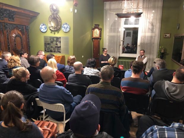 """W listopadzie Muzeum Sopotu rozpoczęło cykl spotkań wokół historii i książek z tej dziedziny zatytułowany """"Bliżej historii"""". Na zdjęciu spotkanie z Janem Danilukiem."""