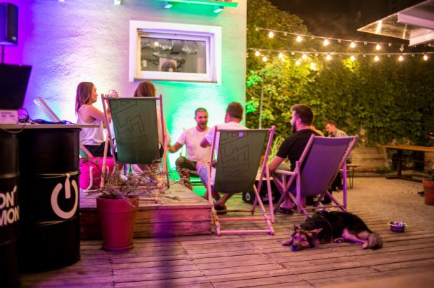 Klimatyczną imprezę w sezonie letnim można zorganizować na uroczym patio gdyńskiego Neonu.