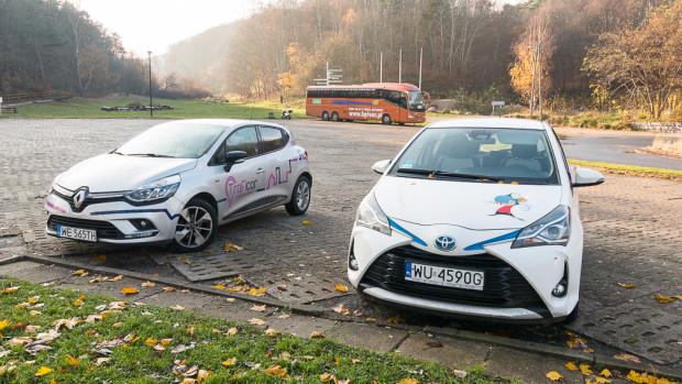 Kierując się wyborem auta na minuty, warto brać pod uwagę również ewentualny koszt jego uszkodzeń. Po lewej Traficar, który całkowicie zwolnił z opłat użytkowników. Po prawej PanekCS, który wymaga zakupu subskrypcji lub wkładu własnego w likwidacji szkody do 1 tys. zł (w przypadku samochodu marki Toyota Yaris).