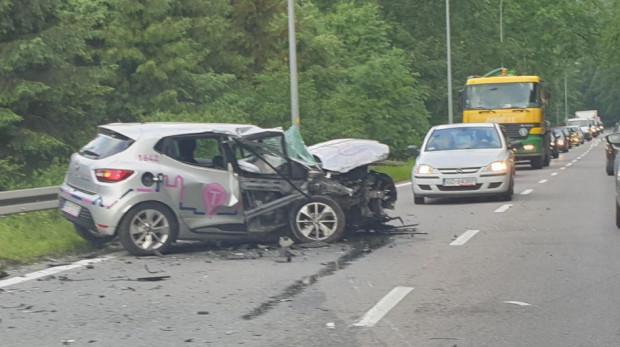 Liczba kolizji i wypadków z udziałem współdzielonych jest porównywalna z prywatnymi samochodami - przekonuje Traficar. Nz. rozbite auto na ul. Spacerowej, którego kierowca był pod wpływem alkoholu.