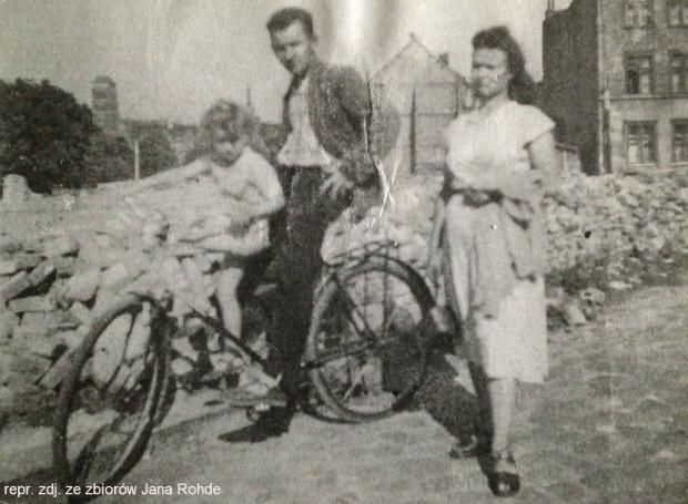 Jan Rohde z pierwszą żoną i jednym z czterech synów na tle zrujnowanego Gdańska.
