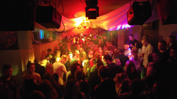 W klubie Gorzko Gorzko w każdy weekend goście bawią się w rytm muzyki weselnej.