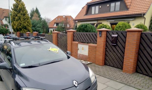 Na samochodach zaparkowanych po stronie domów jednorodzinnych pojawiają się kartki od niezadowolonych mieszkańców z prośbą o przeparkowanie samochodu.
