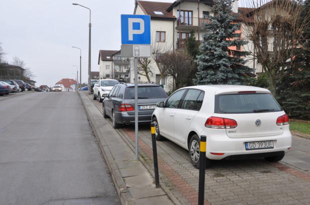 Na sąsiedniej ulicy Damroki samochody parkują na... zlikwidowanej parę lat temu drodze rowerowej. Jak słyszymy od radnych dzielnicy, droga dla cyklistów zniknęła, bo nikt nią nie jeździł. Od tamtej pory służy jako miejsca postojowe dla kierowców.