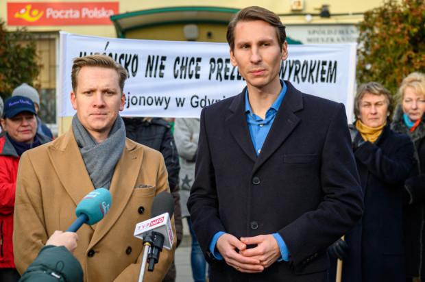 Przemysław Majewski, radny Miasta Gdańska i Kacper Płażyński, poseł RP wnioskują o odwołanie Grzegorza Harasymiuka z funkcji prezesa.