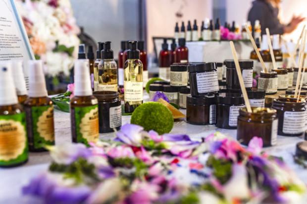 Wiele kosmetyków można kupić w szklanych pojemnikach, które można użyć ponownie.