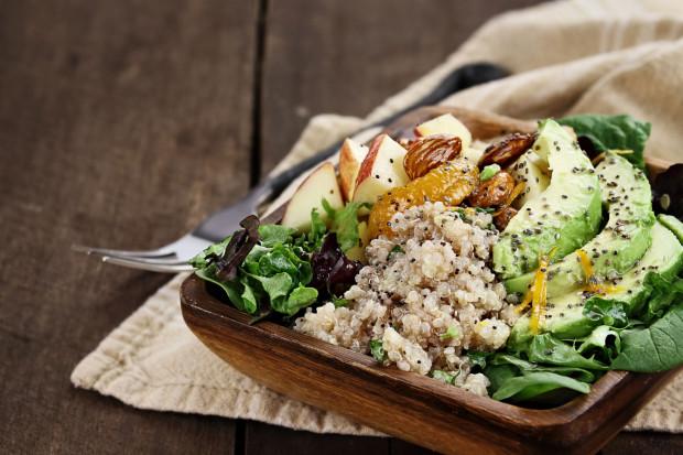 Do diety warto włączyć produkty pełnoziarniste, warzywa, chude mięso, ryby, naturalny nabiał, strączki, świeże owoce, ziarna i orzechy.