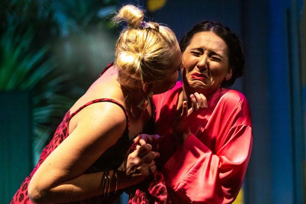 Przebojowa Nadia (Sylwia Ogryzek, po prawej) nie spodziewa się, że wieczór, który zapowiada się tak przyjemnie, obfitował będzie w nieoczekiwane zwroty akcji.