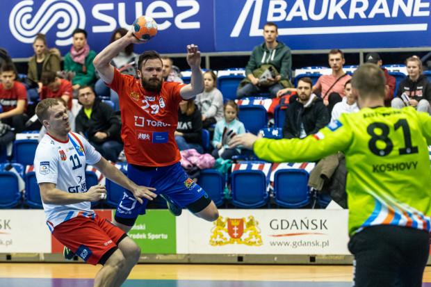 Mateusz Wróbel (z piłką) w tym roku walczy przede wszystkim o awans do play-off PGNiG Superligi. Rozgrywający Torus Wybrzeże Gdańsk chce także zapracować na kolejną szansę w reprezentacji Polski piłkarzy ręcznych.