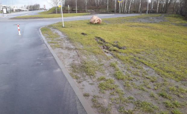 Trawniki przy nowym chodniku są już zniszczone przez samochody.