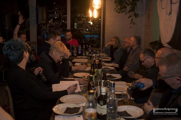 Uczestnicy XVII Biesiady Felietonistów, która odbyła się w restauracji Neighbours Kitchen.
