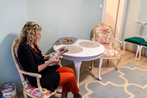 Pani Dorota swoje mieszkanie odziedziczyła po cioci. Postanowiła zaaranżować je w taki sposób, by oddawało jej artystyczną duszę oraz pasję do renowacji mebli.