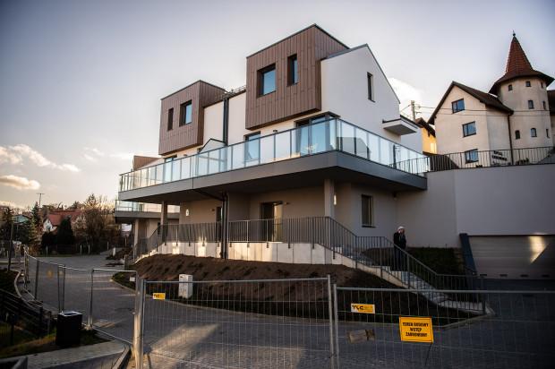 Domy Malczewskiego. Kończy się budowa sześciu domów przylegających do ulicy Na Zboczu. Są one już niemal gotowe do odbioru. Kosztują od od 1 mln 390 tys. do 1 mln 725 tys. zł.