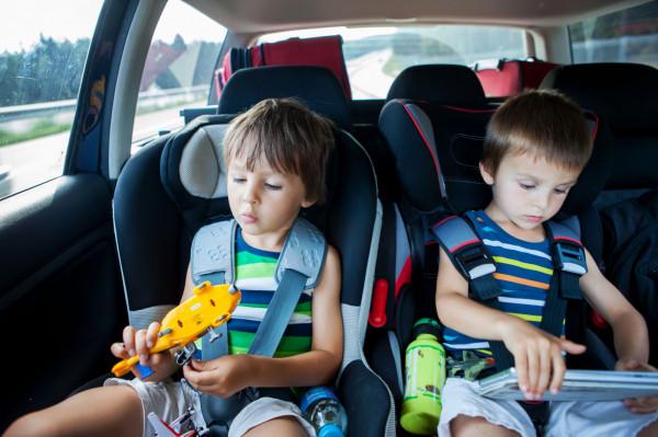 Fotelik samochodowy to jedna z tych rzeczy, na których nie powinno się oszczędzać. Warto rzetelnie podejść do tematu jego zakupu, w końcu chodzi tu o zdrowie i bezpieczeństwo naszych dzieci.