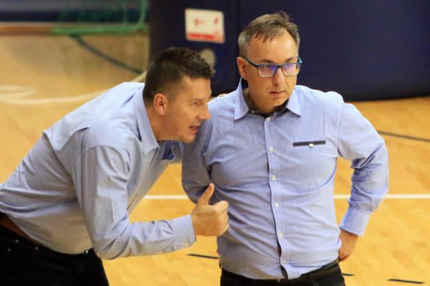 Mirosław Orczyk (z prawej) ma nie tylko poprowadzić koszykarki AZS UG do pierwszych zwycięstw w Energa Basket Lidze Kobiet, ale i powalczyć z nimi o utrzymanie w krajowej elicie.