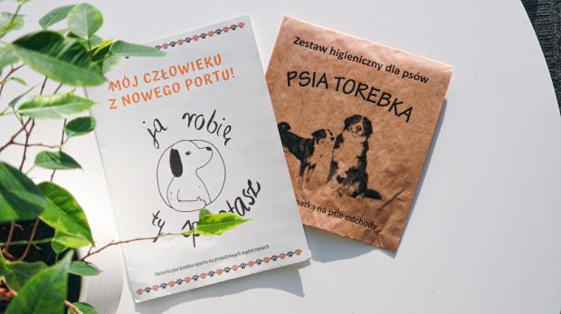 Bohaterem komiksu dołączonego do ulotki jest pies Kostek. W zestawie jest też łopatka oraz psia torebka na odchody.