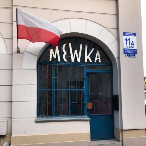 Galeria Mewka mieści się przy ul. Bliskiej 11a w Nowym Porcie.