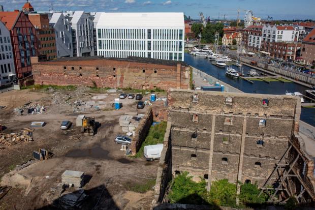 Widoczne na zdjęciu duże pozostałości spichlerzy Turek (na pierwszym planie) i Steffen (w głębi) są od dawna objęte ochroną. Konserwator zastanawia się, czy objąć ochroną także pozostałości widoczne między nimi.