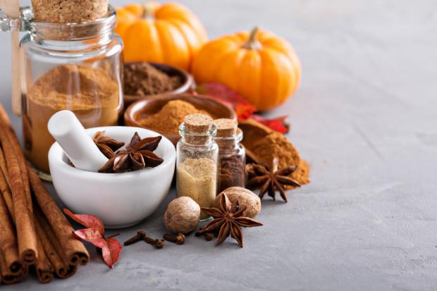 Cynamon oprócz tego, że poprawia smak wielu deserów i potraw, ma również właściwości prozdrowotne: obniża poziom glukozy, poprawia insulinowrażliwość komórek i usprawnia proces trawienia, działa przeciwzapalnie i przeciwgorączkowo.