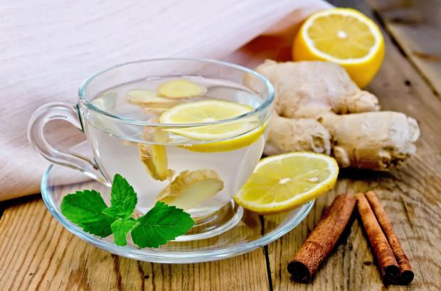 Po imbir często sięgamy podczas przeziębień, gdyż zawarte w nim substancje mają m.in. działanie przeciwzapalne i przeciwwirusowe.