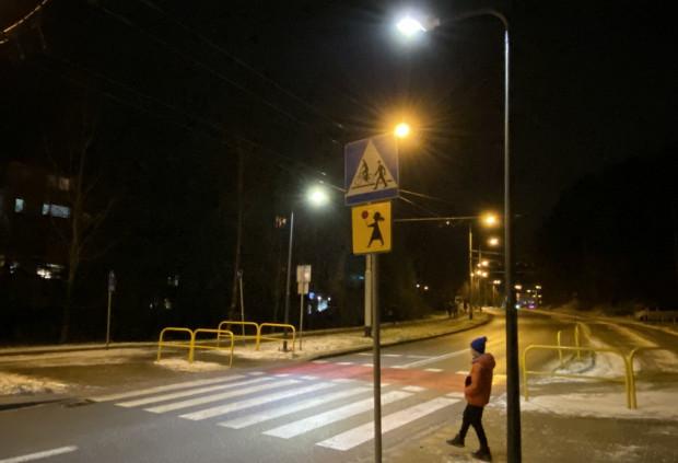 Gdy czujniki przy nowych latarniach wykryją pieszego, zwiększają natężenie światła na przejściu na 20 sekund.