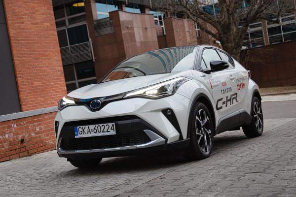 Odświeżona Toyota C-HR debiutuje z mocniejszym układem hybrydowym, który teraz generuje moc 184 KM.