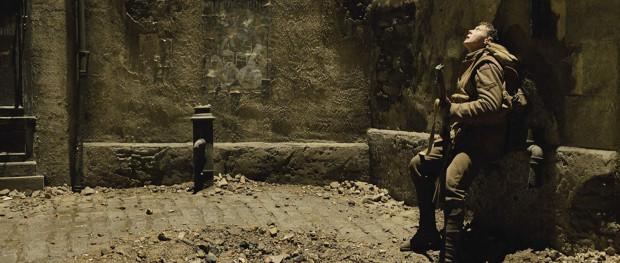 """Magiczne zdjęcia Rogera Deakinsa, zapierająca dech w piersiach scenografia, precyzyjna reżyseria i nienaganne aktorstwo składają się na filmowy sukces """"1917"""". Film Mendesa z pewnością będzie jednym z największych faworytów (i wygranych) tegorocznej gali Oscarów."""